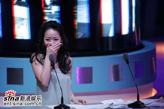 图文:台湾电影金马奖颁奖典礼--候佩岑捂嘴笑