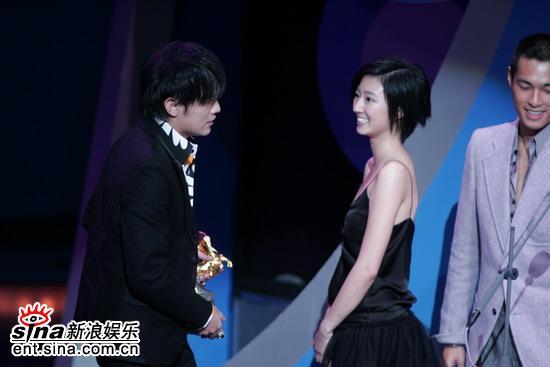 图文:台湾电影金马奖颁奖典礼--周杰伦领奖