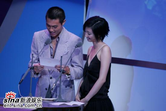 图文:去年的最佳新人杨佑宁宣布周杰伦获奖