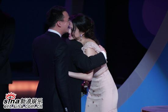 图文:金马奖颁奖典礼--杜琪峰拥抱影后舒淇