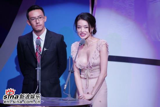 图文:台湾电影金马奖颁奖典礼--舒淇显露春光