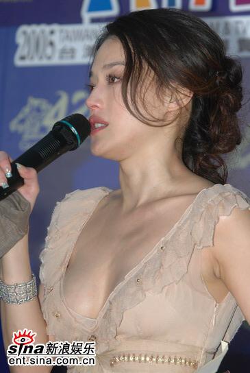 图文:台湾金马奖最佳女主角--舒淇险露半球
