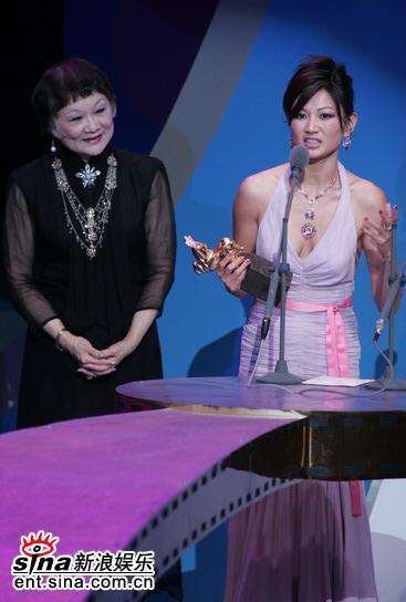 图文:第42届金马奖颁奖典礼-代《面子》领奖