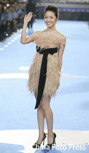 图文:第42届金马红地毯-侯佩岑穿着古怪毛毛裙