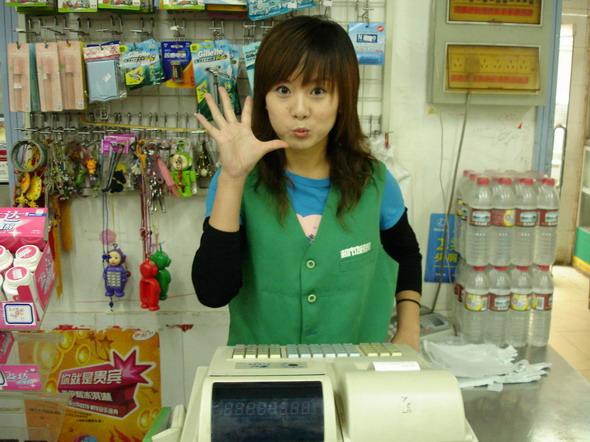 图文:赳客电影剧照--可爱的超市服务员
