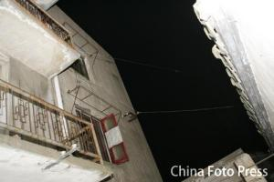 组图:克鲁斯携妻抵上海拍戏新戏场景大曝光