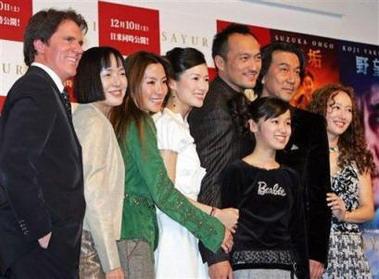 图文:《艺伎》东京首映--众星排开笑对镜头