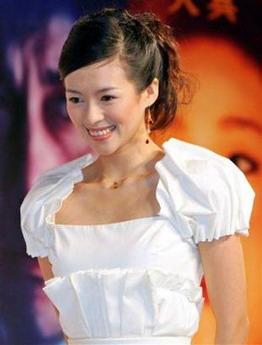 图文:《艺伎》东京首映--白色裙装亮相的子怡