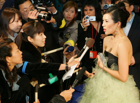 图文:《艺伎》日本首映红地毯--章子怡接受访问