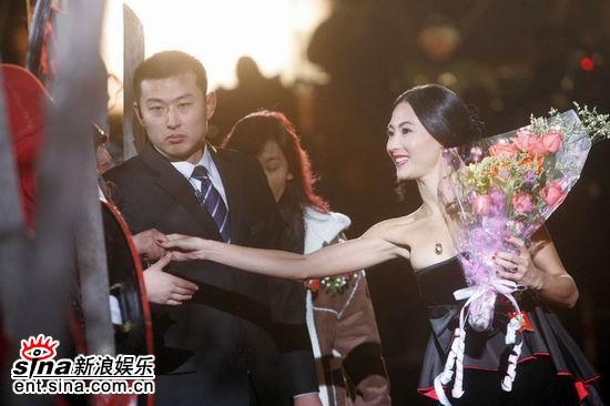 图文:《无极》全球首映-张柏芝与影迷握手