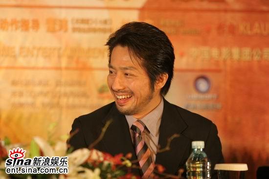 图文:《无极》首映发布会--真田广之开怀大笑