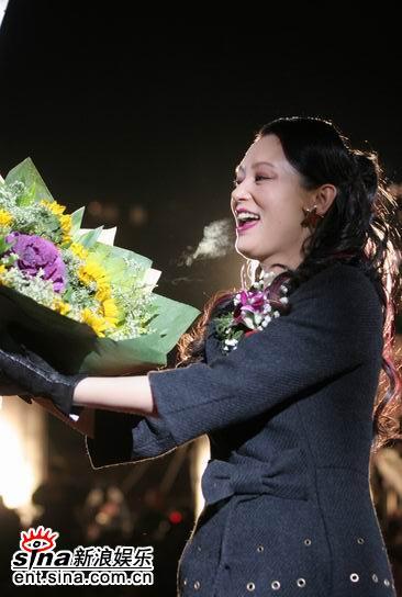 图文:《无极》首映红地毯-陈红高兴地接到鲜花