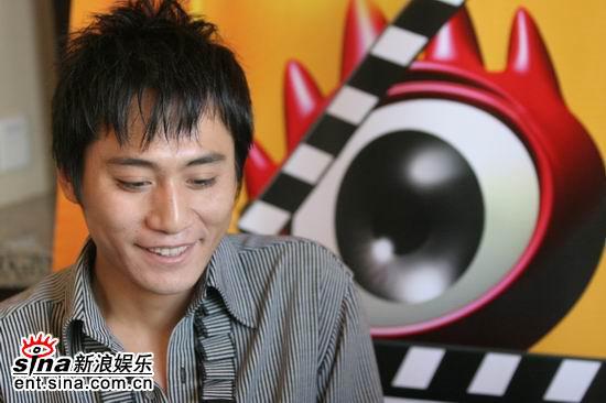 图文:刘烨做客新浪聊《无极》--低头沉思
