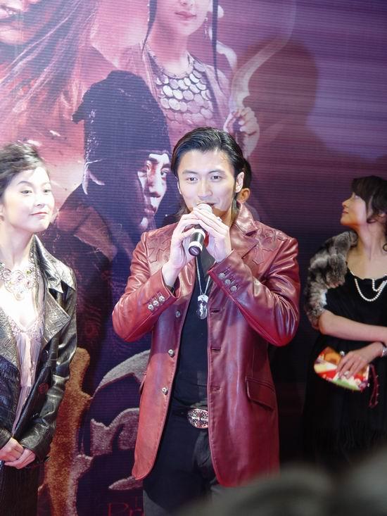 图文:《无极》上海首映-谢霆锋皮装亮相红地毯