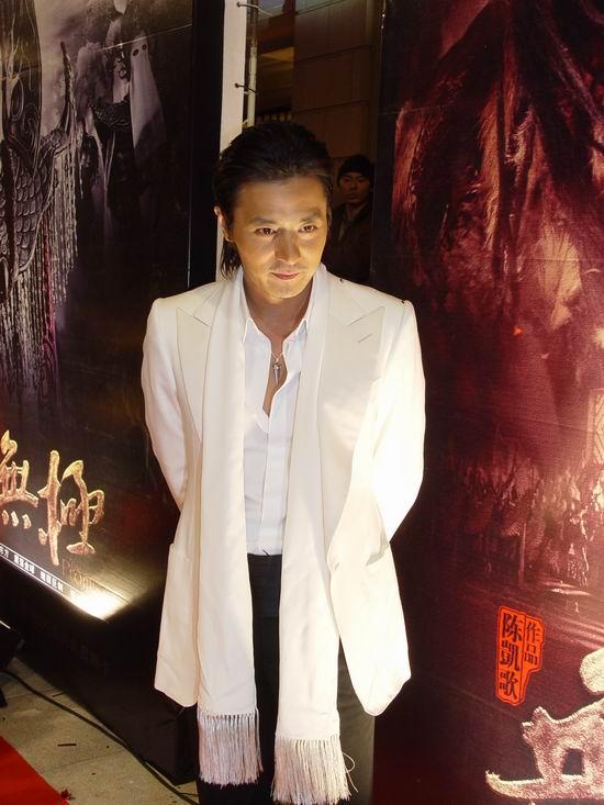 图文:《无极》上海首映-张东健百衣帅气亮相