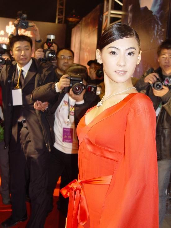 图文:《无极》上海首映-张柏芝低胸装性感迷人