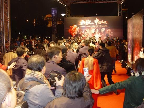 图文:《无极》上海首映-张柏芝美背迷人