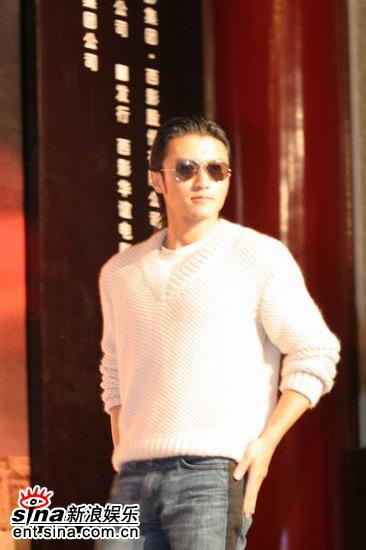 图文:《情癫大圣》发布会--谢霆锋身穿白色毛衣