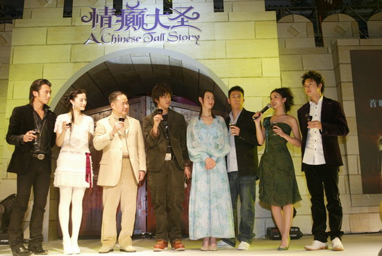 图文:《情癫大圣》庆典晚会--蔡卓妍祝酒