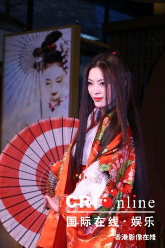图文:《艺伎》台北首映--刘真身后是《艺伎》台湾海报