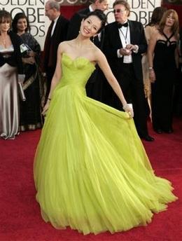 图文:中国女演员章子怡红地毯上摆可爱造型