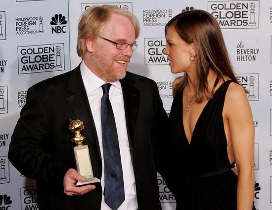 图文:菲利普-霍夫曼和希拉里-斯旺克相视而笑