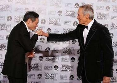 图文:最佳导演李安吻颁奖嘉宾伊斯特伍德的手