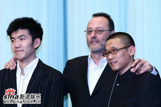 图文:影展开幕式酒会--让・雷诺和中国学生