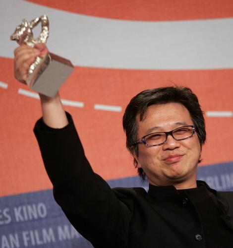 图文:最佳电影音乐奖得主金培达高举银熊奖杯