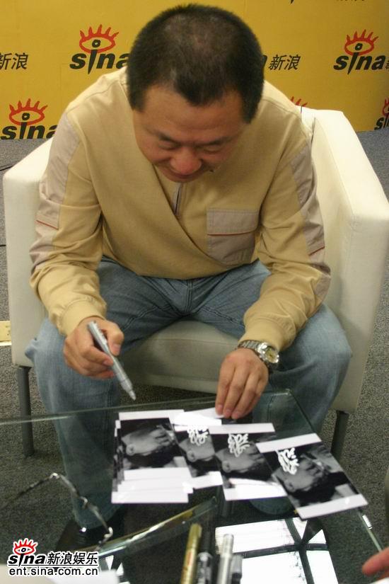图文:范伟新浪聊《芳香之旅》--签名照片送网友
