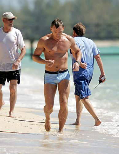 组图:新任007海滩拍片身着泳裤大秀健美身材