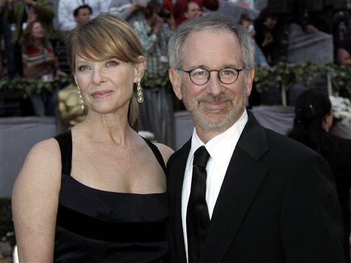 图文:史蒂文-斯皮尔伯格携妻子亮相红地毯