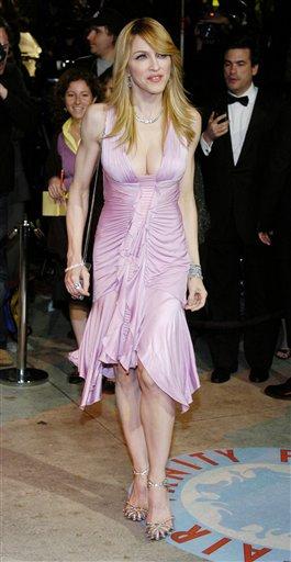 图文:麦当娜粉红长裙露乳沟衬托白皙皮肤