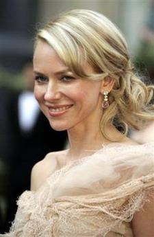 图文:英国女演员纳奥米-沃茨纱裙亮相笑容迷人