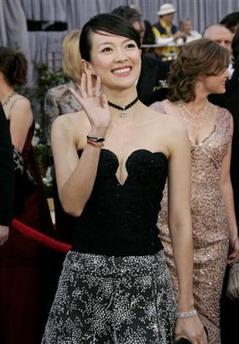 图文:中国女演员章子怡向影迷们开心挥手致意