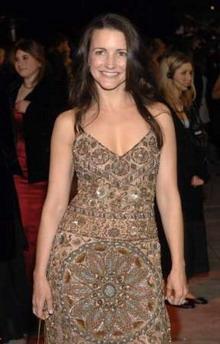 图文:女演员克里斯丁-戴维斯身穿复古长裙亮相