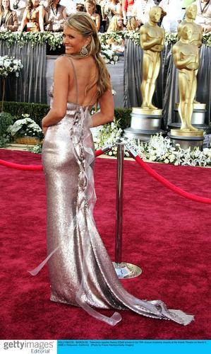 图文:电视记者南茜-奥黛尔着银色礼服大秀美背