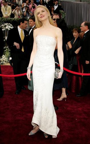 图文:妮可-基德曼着低胸象牙白色曳地长裙亮相