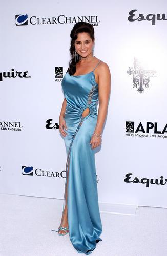 图文:加拿大模特泰雅着淡蓝色丝绸质感礼服亮相