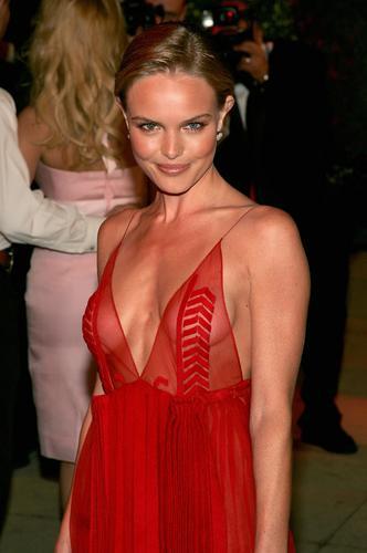 图文:凯特-波斯沃斯着红色低胸裙装妩媚撩人