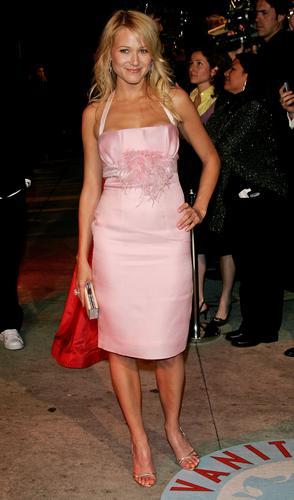 图文:歌手珠儿着淡粉色短礼服出席庆功派对