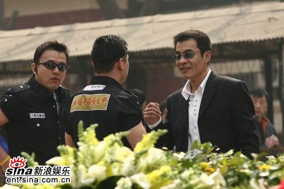 图文:《黄金甲》发布会-刘威与现场工作人员