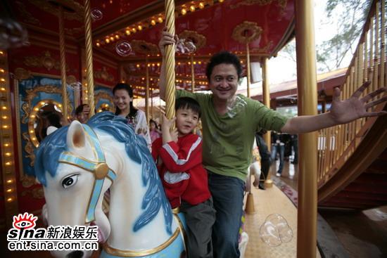 """图文:《看上去很美》广州首映-两人共乘一""""骑"""""""