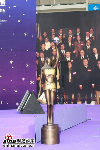 图文:香港电影金像奖红地毯-巨大的金像奖杯