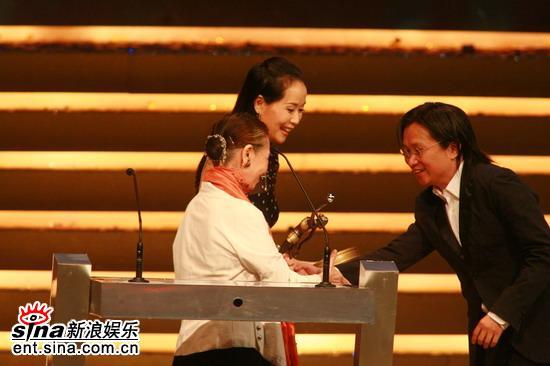 图文:叶童与和田惠美颁服装奖陈可辛代领奖