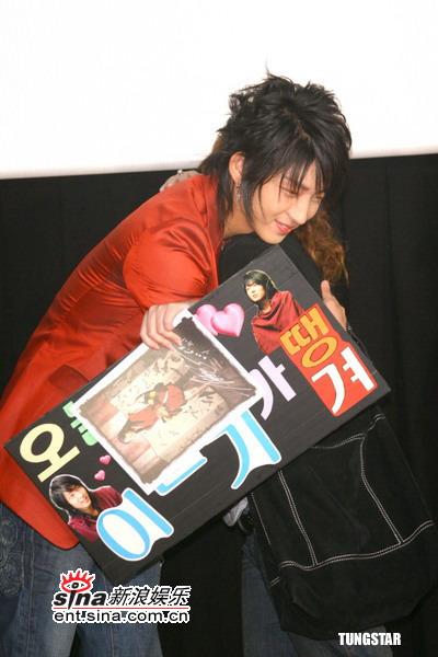 图文:《王的男人》台湾首映--和影迷拥抱