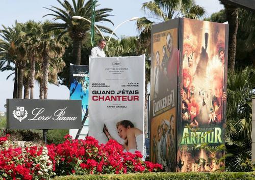 图文:戛纳电影节即将举行-工作人员正在挂海报