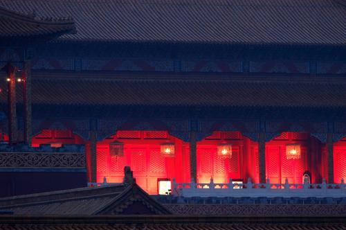 图文:张艺谋雨中熬夜拍片-阴雨为宫殿增色
