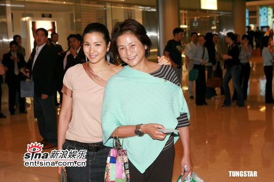 图文:《达芬奇密码》香港首映-郑佩佩母女