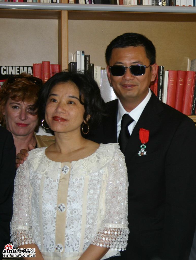 图文:王家卫被授勋-王家卫和夫人授勋仪式上